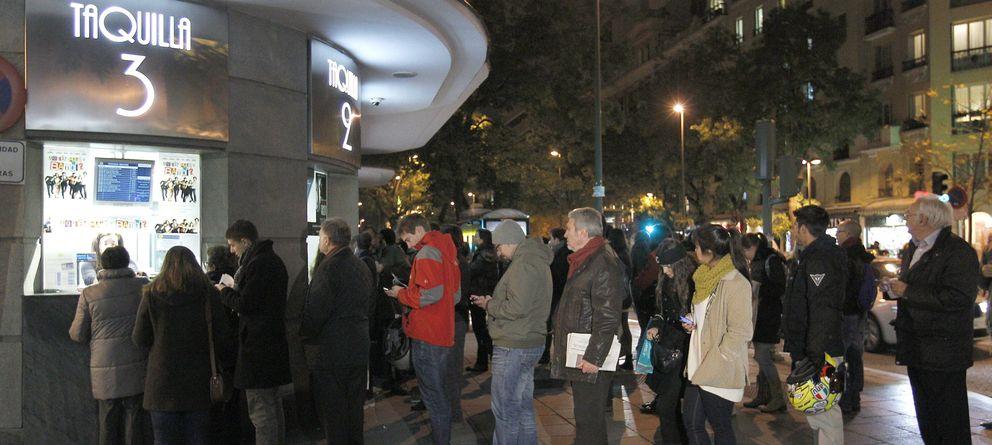 Foto: Varias personas hacen cola en las taquillas de una conocida sala de cine de Madrid (EFE)