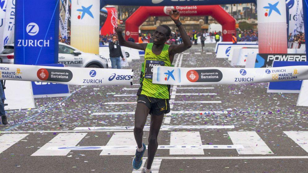 Foto: Jonah Kipkemoi Chesum entra en la meta del Maratón de Barcelona (Quique García/EFE)