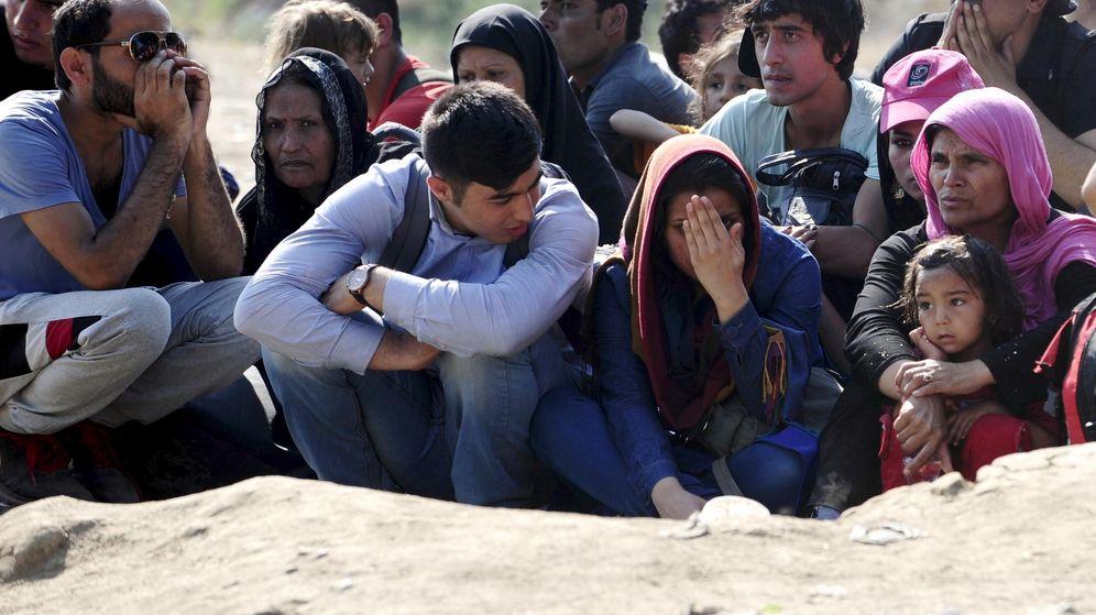 Foto: Inmigrantes esperando para entrar en Grecia desde Macedonia. (Reuters)