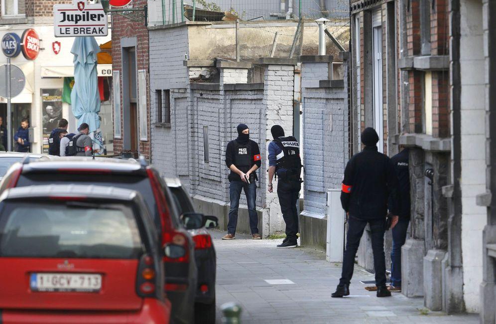 Foto: Agentes de Policía en la escena del tiroteo en el suburbio de Forest, en Bruselas (Reuters).