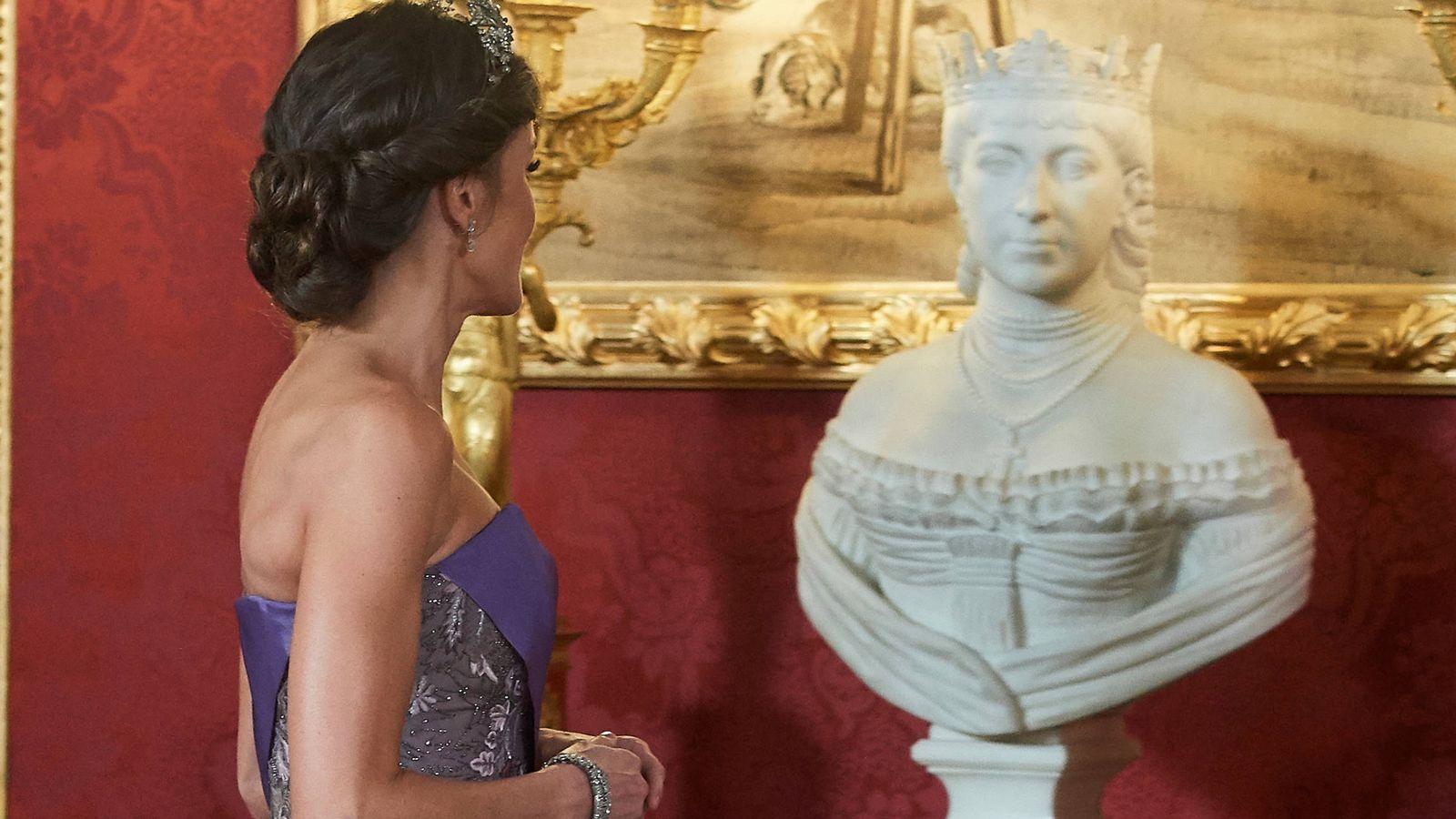 Foto: La Reina mira el busto de María de las Mercedes. (Limited Pictures)