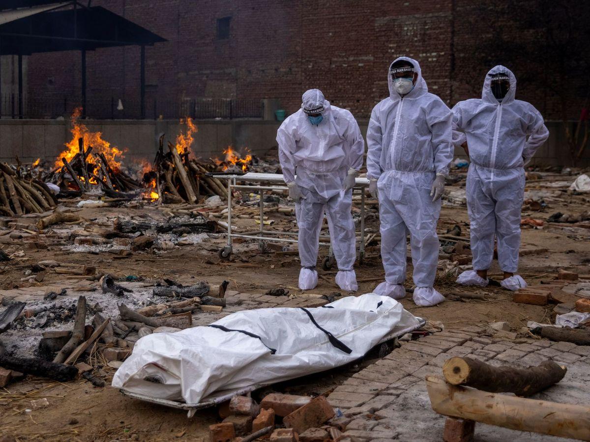 Foto: Cremación de cadáveres de covid-19. (Reuters)