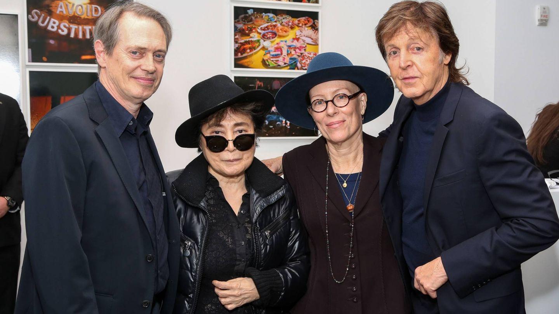 Posando con el actor Steve Buscemi y el exBeatle, Paul McCartney. (Gtres)