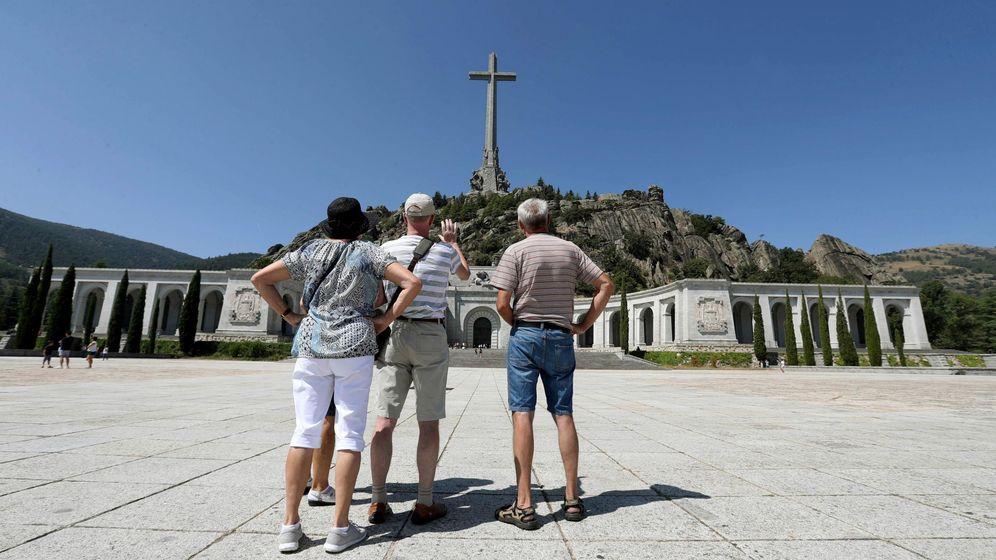 Foto: Varios visitantes fotografían el monumento del Valle de los Caídos. (EFE)