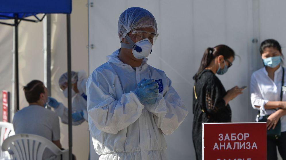 Foto: Un trabajador sanitario reza en una de las carpas para hacer pruebas de coronavirus en Almaty, Kazajistán (REUTERS)