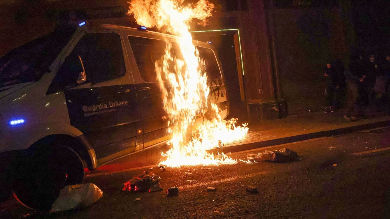 El Ayuntamiento de Barcelona será acusación particular por la quema del furgón policial