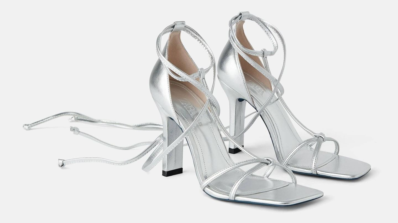 Sandalia de piel en color plata de Zara (69,95 euros).