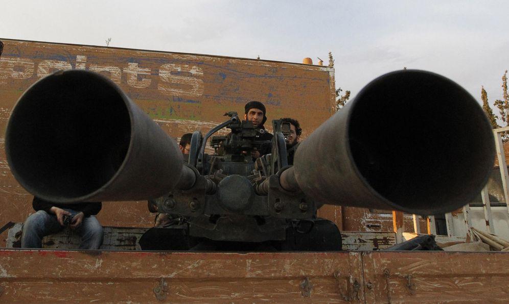 Foto: Un combatiente del ESL sentado en un vehículo montado con una precaria arma antiaérea en Hama, en mayo de 2014 (Reuters)