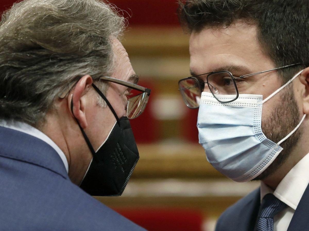Foto: El presidente catalán, Pere Aragonés junto al conseller de Economía, Jaume Giró (i). (EFE)