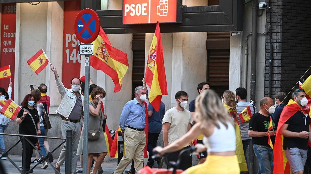 Foto: Cacerolada hoy en la calle Ferraz. (EFE)