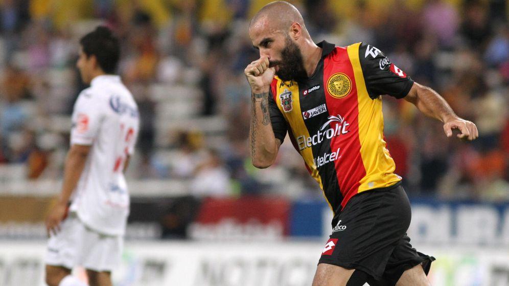 Foto: Marc Crosas celebra un gol con los Leones Negros. (EFE)