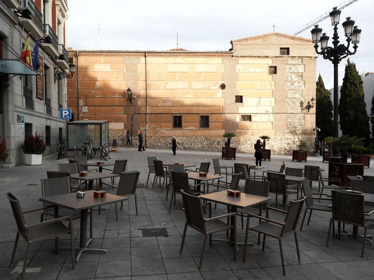 Foto: Vista de una terraza en la plaza de San Martín, en el centro de Madrid, completamente vacía. (EFE)