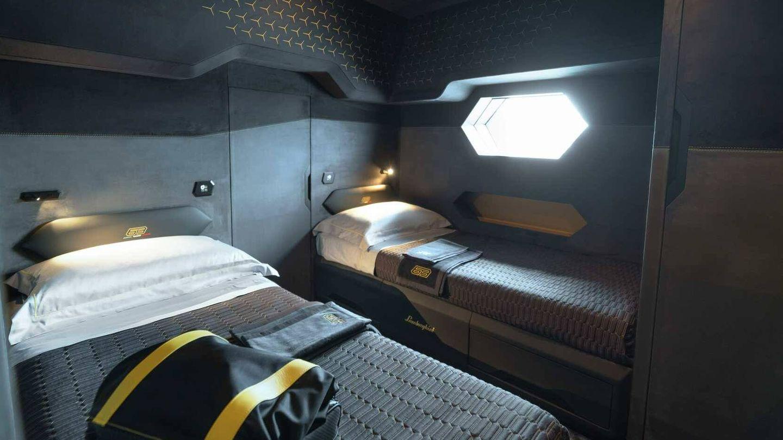 Uno de los dormitorios del yate capaz de viajar a 60 nudos.