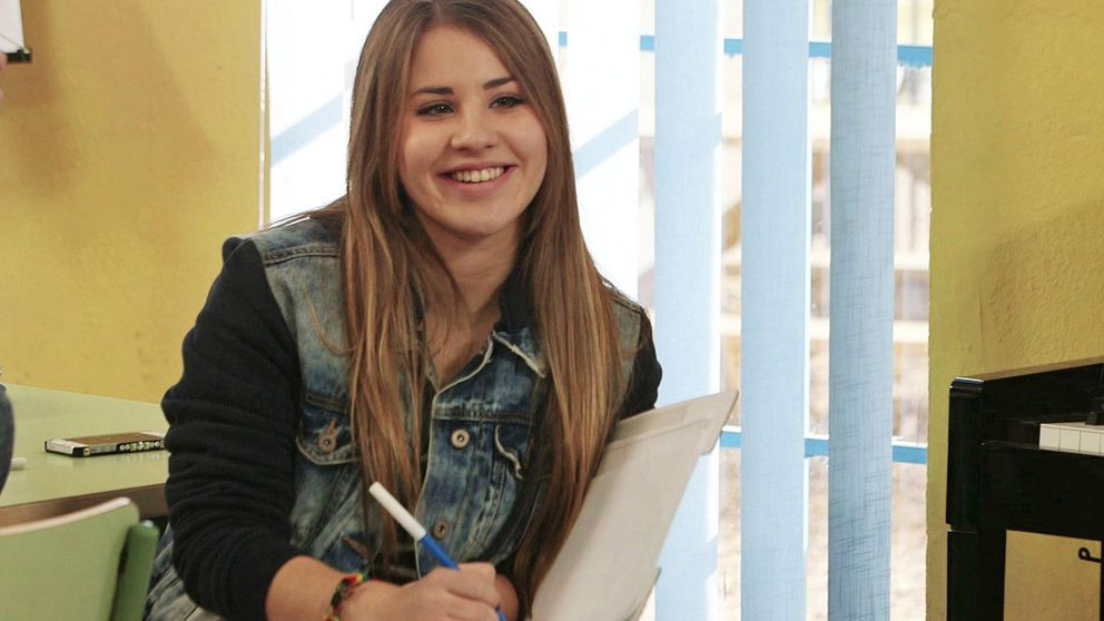 'Volveremos a brindar', la canción de Lucía Gil sobre el coronavirus que arrasa