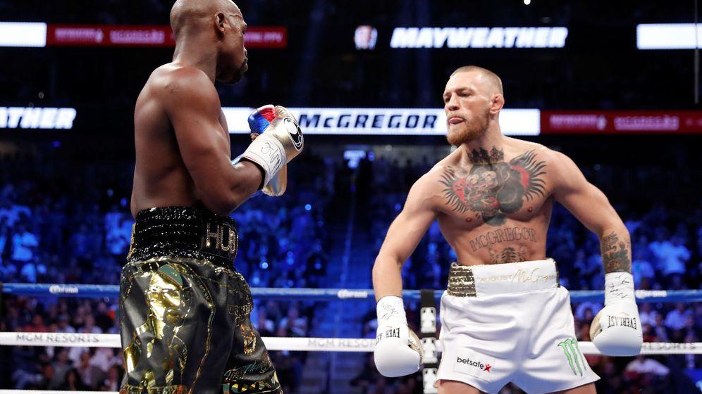 Foto: Floyd Mayweather Jr. (i) en su enfrentamiento de boxeo con Conor McGregor. (Reuters)