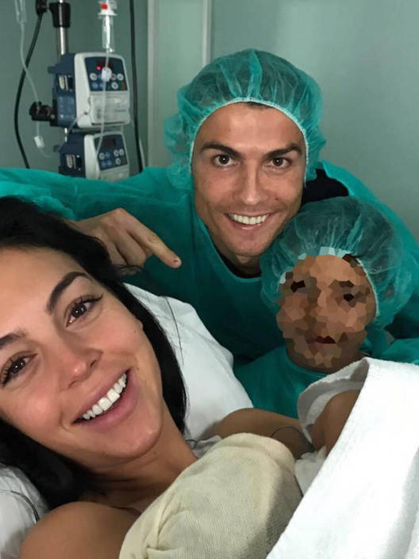 Cristiano Ronaldo y Georgina al presentar a su hija. (Instagram)