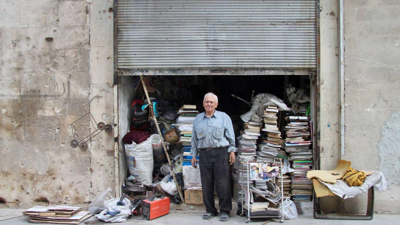 Jabra, el librero del Jdeydeh que mantuvo abierta su librería durante la guerra. (G. Garroum)