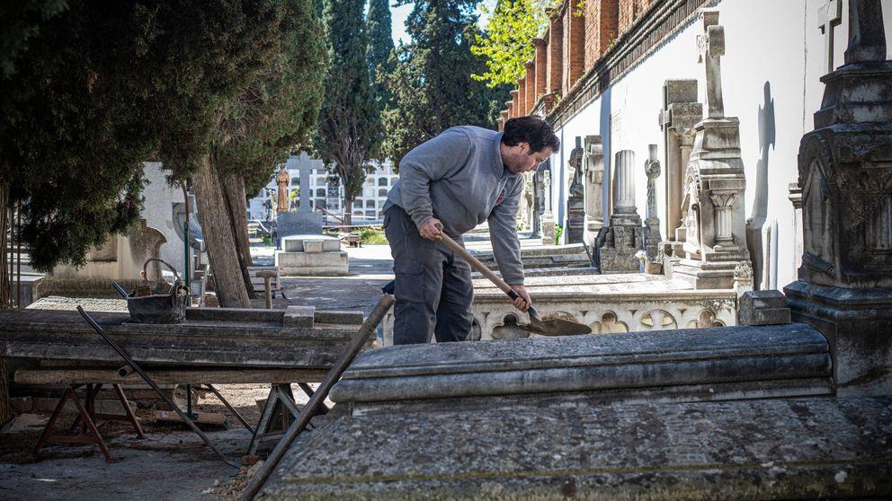 Traer y quitar piedras, enterrar y poner la tapa: la rutina sin fin de Toni el sepulturero
