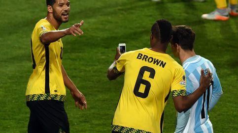 Selfies, silbidos y mal juego: Argentina se mete a cuartos sin demasiado brillo