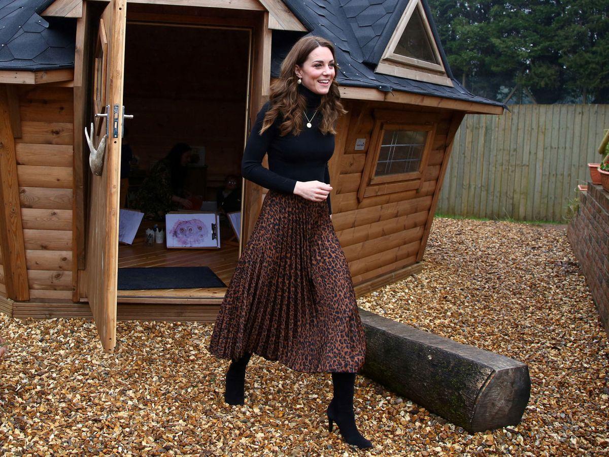 Foto: Kate Middleton, con falda plisada de animal print en una visita a Cardiff. (Reuters)