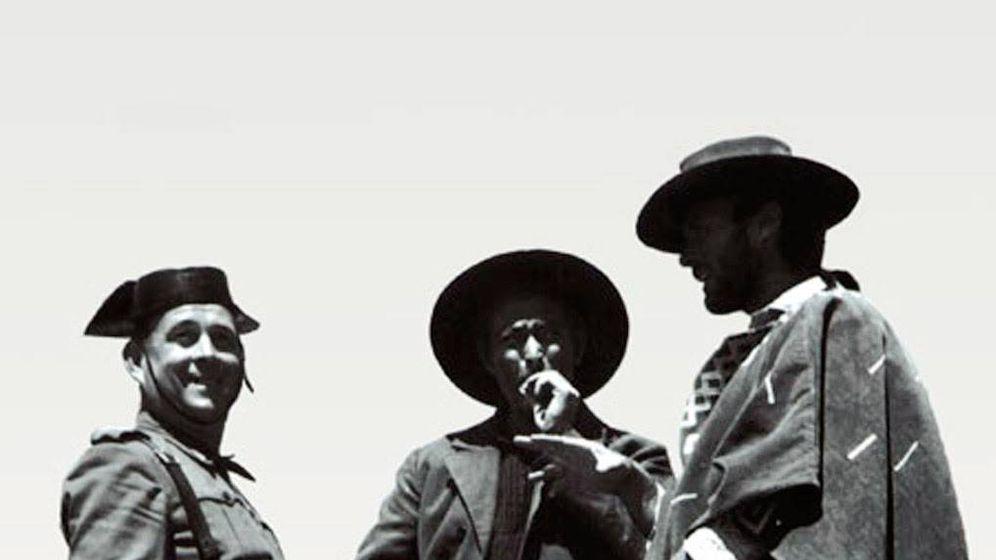Foto: Un guardia civil junto a Lee Van Cleef y Clint Eastwood