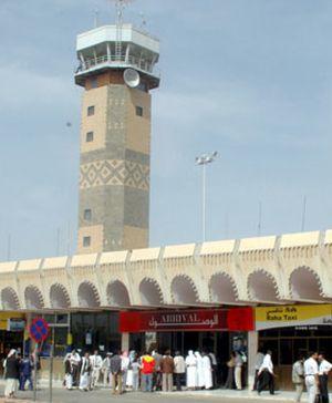 Rescatan a un superviviente del avión yemení siniestrado, según Al Yazira