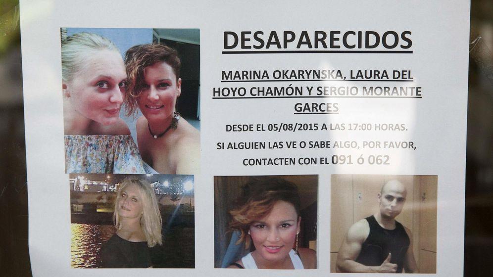 Foto: Cartel que anuncia la desaparición en Cuenca de las amigas Marina Okarynska, Laura del Hoyo Chamón y de un joven que está relacionado con ellas, Sergio Morante Garces. (EFE)