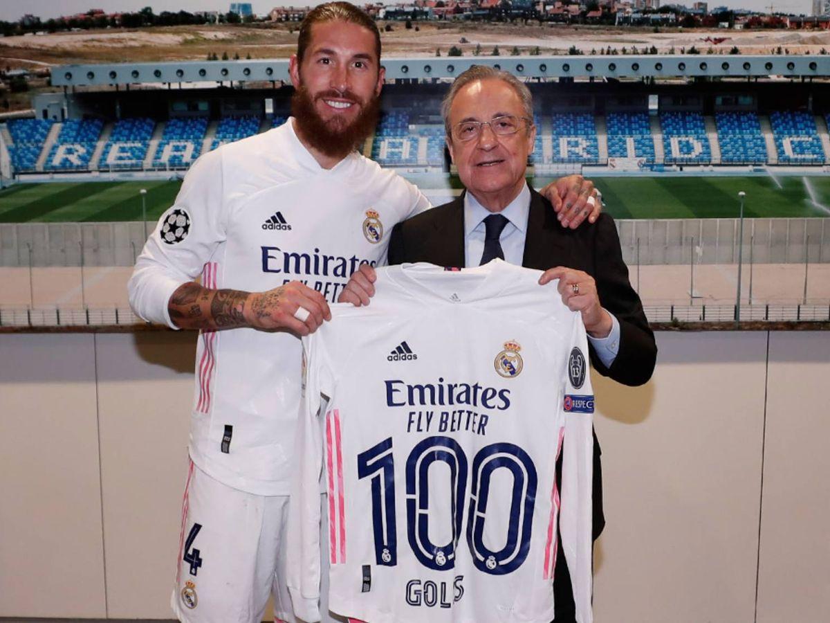 Foto: Ramos posa con la camiseta que le entrega Florentino. (@realmadid)