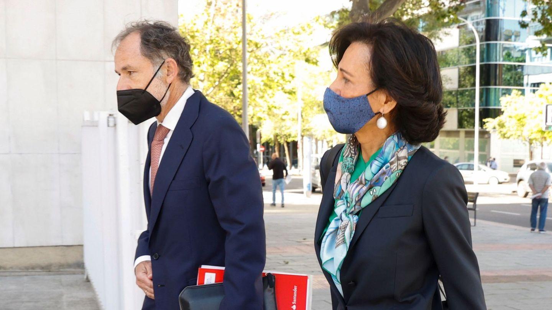 La presidenta de Santander, Ana Botín, junto al secretario del consejo, Jaime Pérez Renovales. (EFE)