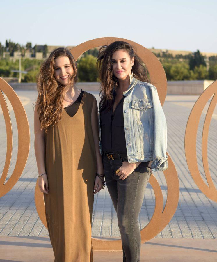Foto: Alba Díaz y Vicky Martín Berrocal con una imagen muy diferente a la que lucieron ayer. (Getty)
