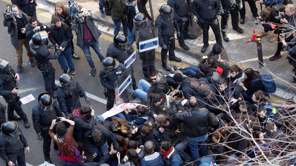 Foto: Un centenar de personas se concentra ante la Fiscalía General de Catalunya, respondiendo a una llamada de los CDR. (EFE)