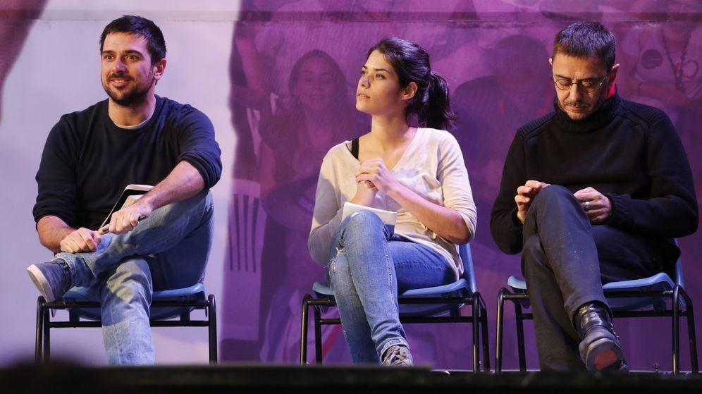 Foto: Isabel Serra junta al exportavoz de Podemos en el Senado, Ramón Espinar (i), y el cofundador del partido Juan Carlos Monedero. (EFE)