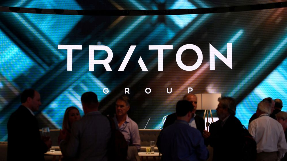Foto: File photo: visitors stand at booth of vw's truck unit traton group in hanover