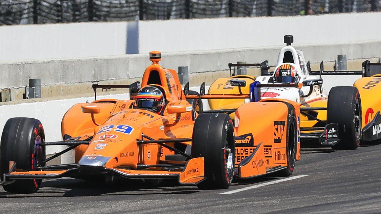 Fernando Alonso (en primer plano) y Oriol Servià durante los entrenamientos de las 500 Millas de Indianápolis de 2017. (EFE)