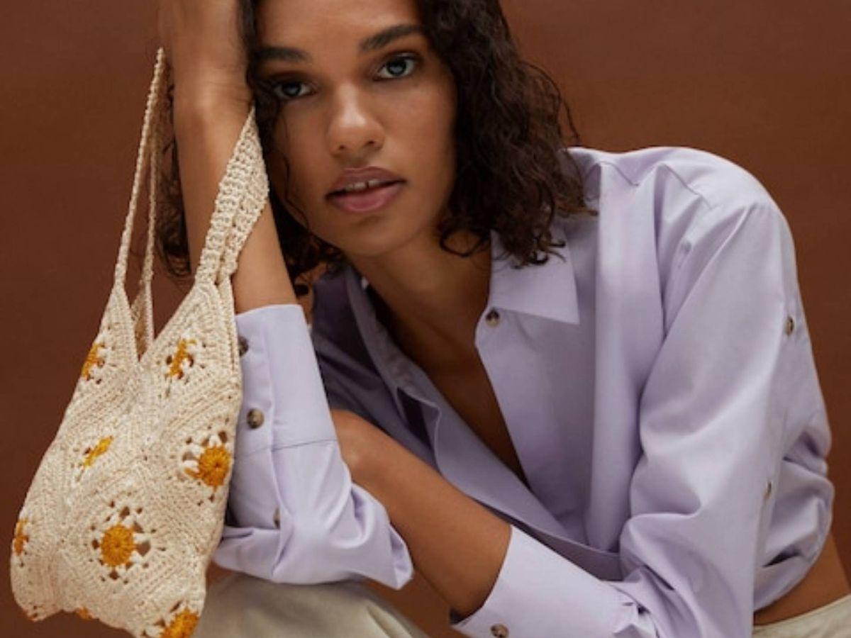 Foto: El bolso de crochet con margaritas de Mango. (Cortesía)