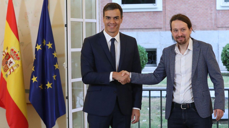 El presidente del Gobierno, Pedro Sánchez, y el secretario general de Podemos, Pablo Iglesias, en el Palacio de la Moncloa. (EFE)