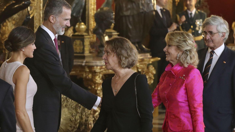 Esperanza Aguirre, junto a su marido, Fernando Ramírez de Haro, saludan a los Reyes. (EFE)