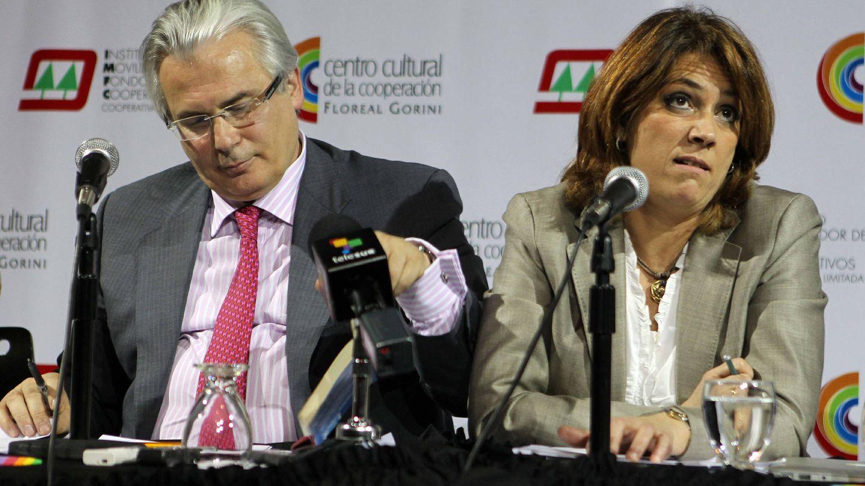 Garzón y Delgado, en 2012 en Argentina, en un homenaje a las víctimas de la dictadura. (EFE)