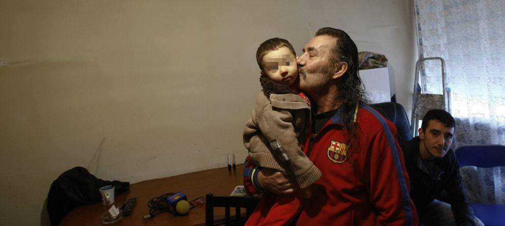 Foto: Santiago Diaz Jara, 53, besa a su hijo Julio, justo antes de un desahucio. (Reuters)