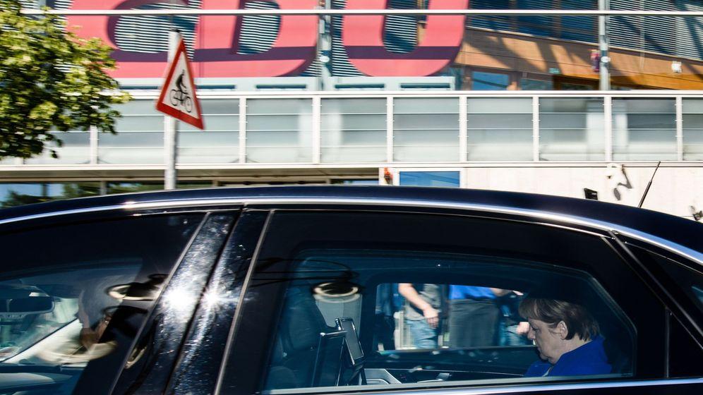 Foto: La canciller alemana, Angela Merkel (c), líder de la Union Cristianodemócrata (CDU), sale de una reunión de la Ejecutiva en la sede de la CDU en Berlín. (EFE)