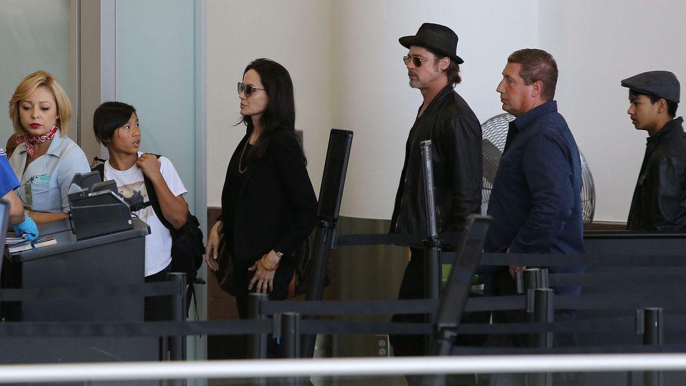 Brad Pitt y Angelina Jolie viajan con sus hijos en clase turista