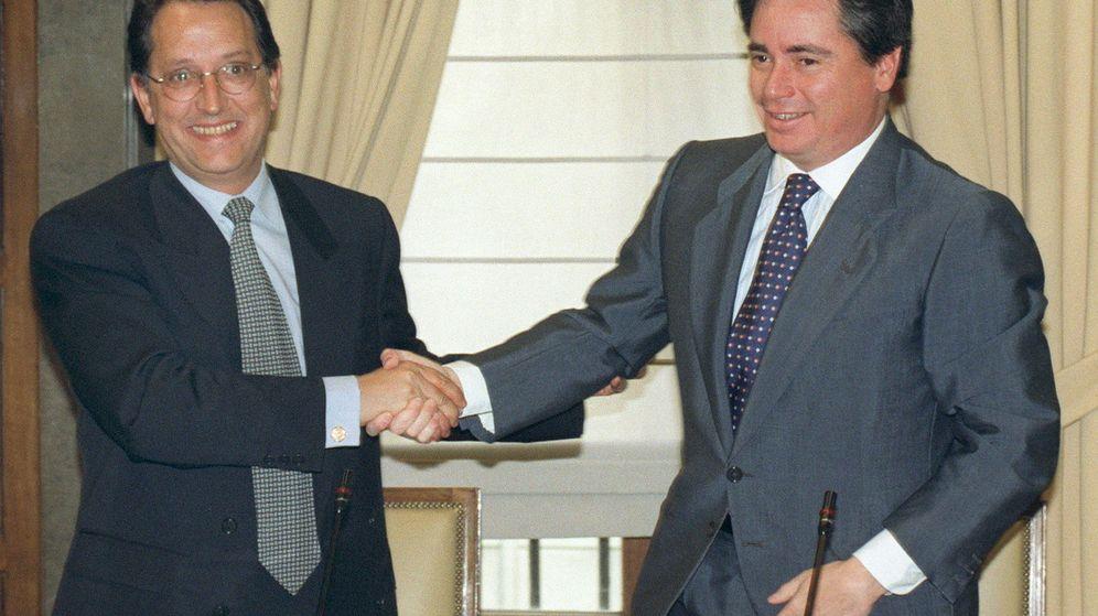 Foto: P. Ferreras (SEPI), y el presidente de Aristrain, J. M. Aristrain (d), firmando el acuerdo por el que Aceralia adquría la totalidad de las sociedades operativas del grupo por 40.000 millones de pesetas (marzo, 1998). EFE