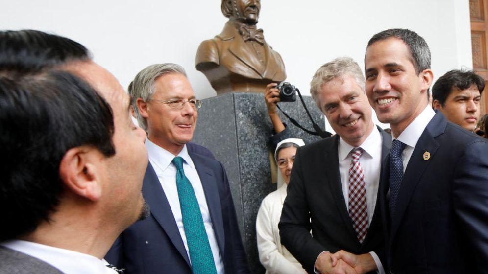 Foto: El embajador alemán en Venezuela Daniel Martin Kriener estrecha la mano de Juan Guaidó durante un encuentro con embajadores europeos en Caracas. (Reuters)