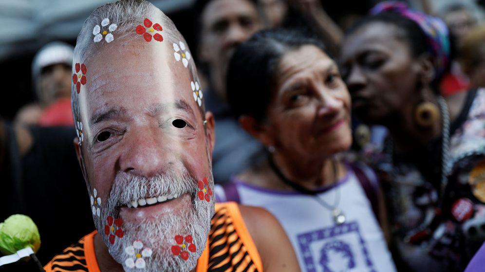 Foto: Un miembro del PT lleva una máscara del expresidente Luiz Inácio Lula da Silva tras conocerse la segunda condena contra él, en Sao Paulo, el 7 de febrero de 2019. (Reuters)