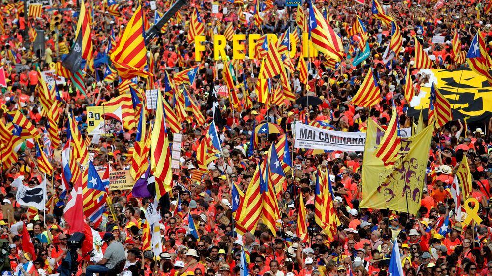 Foto: Ambiente previo a la manifestación independentista convocada para esta tarde por la ANC con motivo de la Diada del 11 de septiembre, que recorrerá las calles de Barcelona. (EFE)