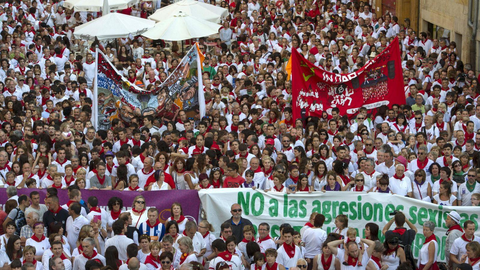 Foto: Cientos de personas hicieron un alto en las fiestas de San Fermín para mostrar su condena ante la agresión sexista a una joven de 19 años. (EFE)
