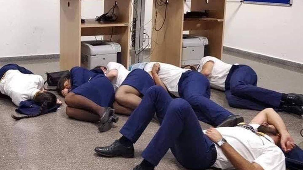 Foto: Seis miembros de Ryanair, tendidos en el suelo de la sala de tripulación. (SNPVAC)