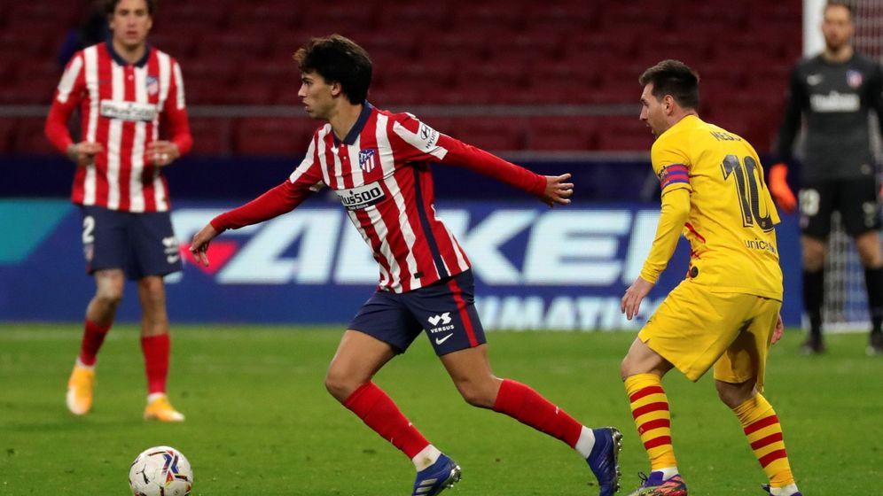 Foto: Joao Félix conduce un balón ante Messi. (Efe)