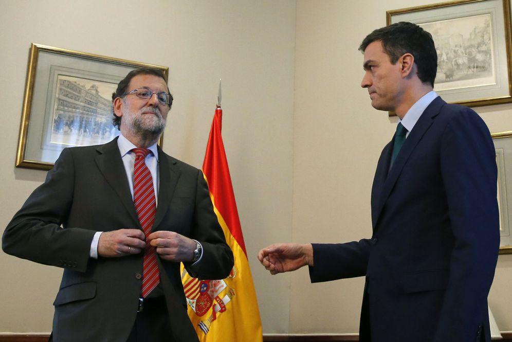 Foto: Mariano Rajoy niega la mano a Pedro Sánchez minutos antes del comienzo de su corta reunión en el Congreso. (EFE)