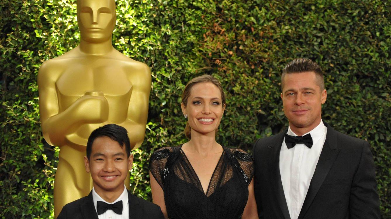 Foto: Angelina Jolie y Brad Pitt junto a su hijo Maddox en noviembre de 2013 (Gtres)